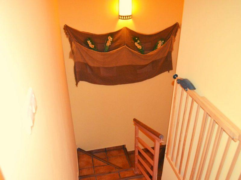 Escaleras de acceso a la primera planta de Casa Rural Bigotes
